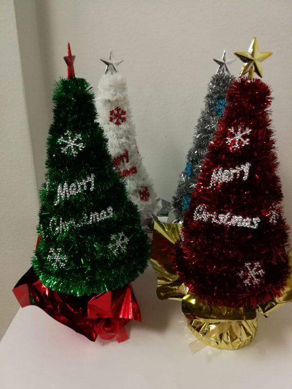 Kalėdinė dekoracija Eglutė 26cm (4-ių spalvų pasirinkimas)